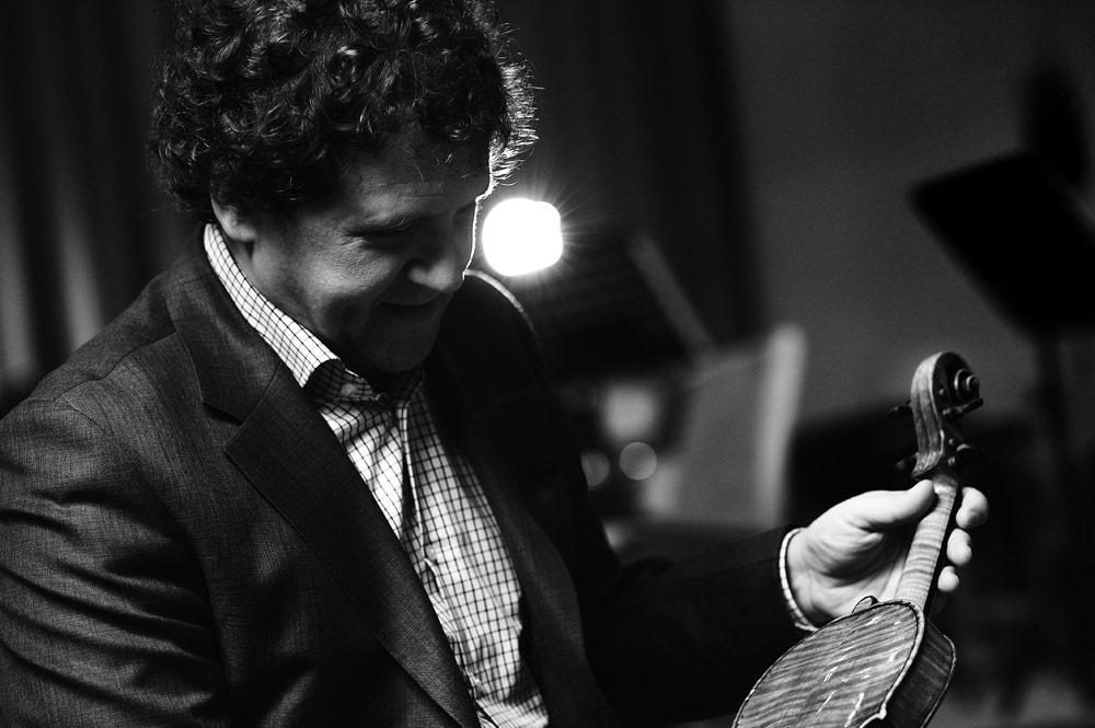 """Портрет на цигуларя Веско Ешкенази, заснет от фотографа Дилян Марков за книгата """"Модела на успеха 22"""" 2011г."""